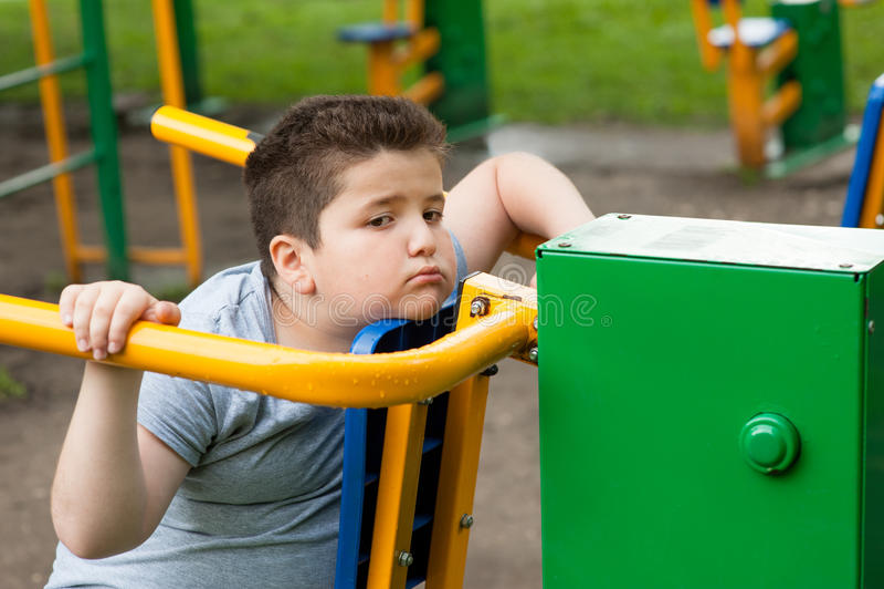 De vermoeide jongen, droevig, vet, geschiktheidstrainer, verliest gewicht, zwaarlijvigheid, overgewicht, oefening, dieet royalty-vrije stock fotografie