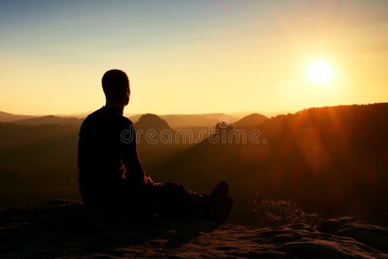 De vermoeide wandelaar neemt een rust in aard Bergtop boven bos in vallei Het reizen in Europese natuurreservaten royalty-vrije stock foto's