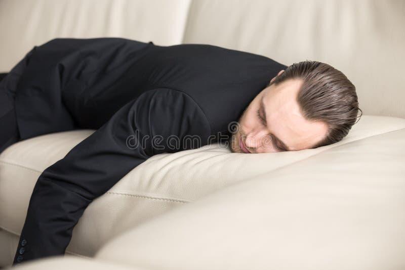 De vermoeide zakenman neemt onderbreking voor dutje stock foto