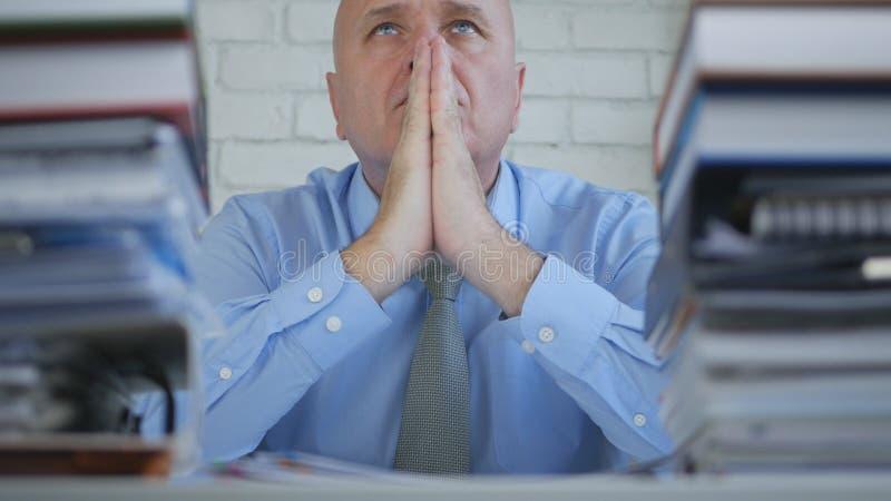 De vermoeide Zakenman Worried And Troubled maakt Handgebaar bidden stock foto's