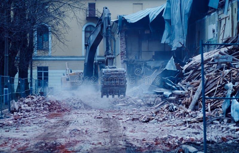 De vernieling van de bouw, graafwerktuig in het werk, vernietiging stock afbeelding