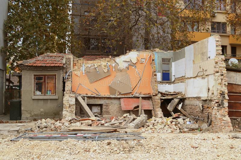 De vernieling van een oude woningbouw in de stad, wordt de helft van het gebouw reeds vernietigd stock fotografie