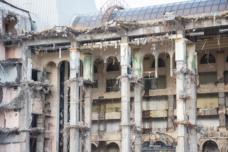 De vernietigde bouw na vernieling, kunstmatig ongeval Techniek en bouwfouten stock foto's