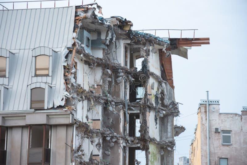 De vernietigde bouw na vernieling, kunstmatig ongeval Techniek en bouwfouten stock afbeeldingen
