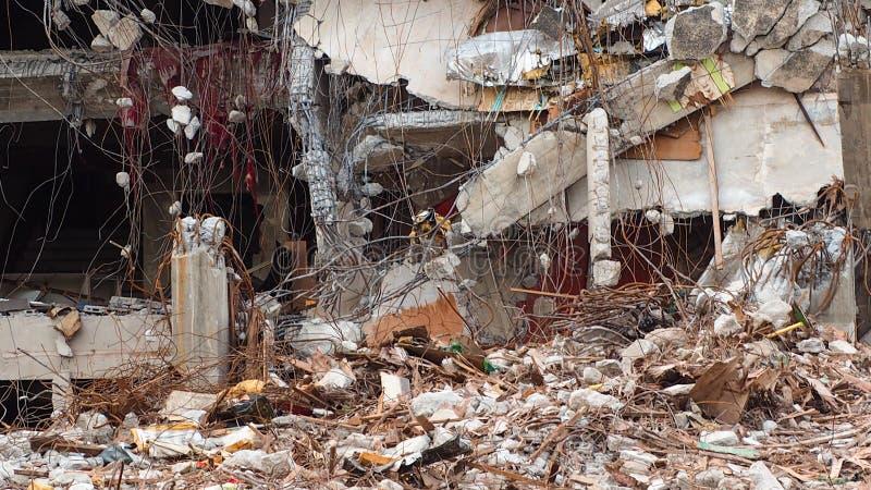 De vernietigde industriële bouw De bouwvernieling door explosie De verlaten concrete bouw met puin Aardbevingsruïne royalty-vrije stock foto