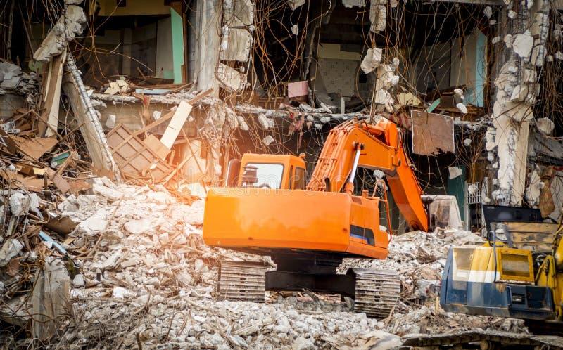 De vernietigde industriële bouw De bouwvernieling door explosie De verlaten concrete bouw met puin Aardbevingsruïne royalty-vrije stock fotografie
