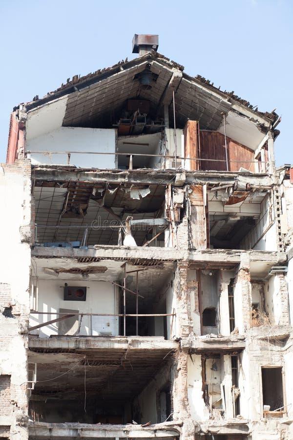 De vernietigde multiverhaalbouw stock foto