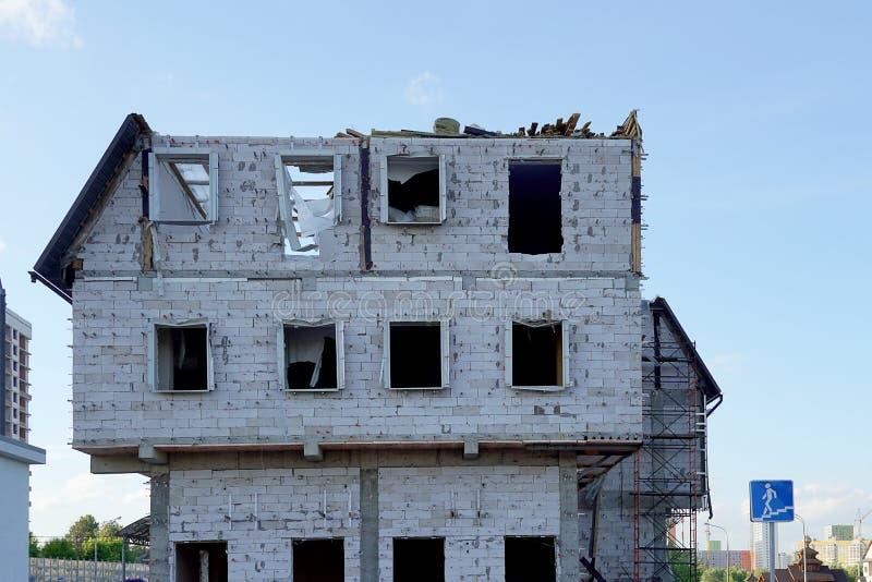 De vernietiging van een gebouw met meerdere verdiepingen Het huis van het schuimblok zonder vensters en voorgevel stock afbeelding