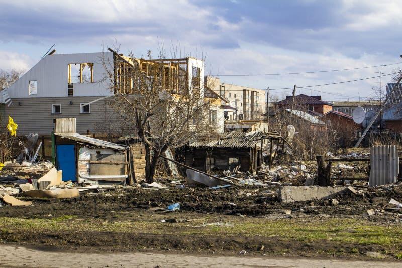 De vernietiging van de muren van het oude gebouw en het schoonmaken van bouwpuin met een emmer van een graafwerktuig royalty-vrije stock foto