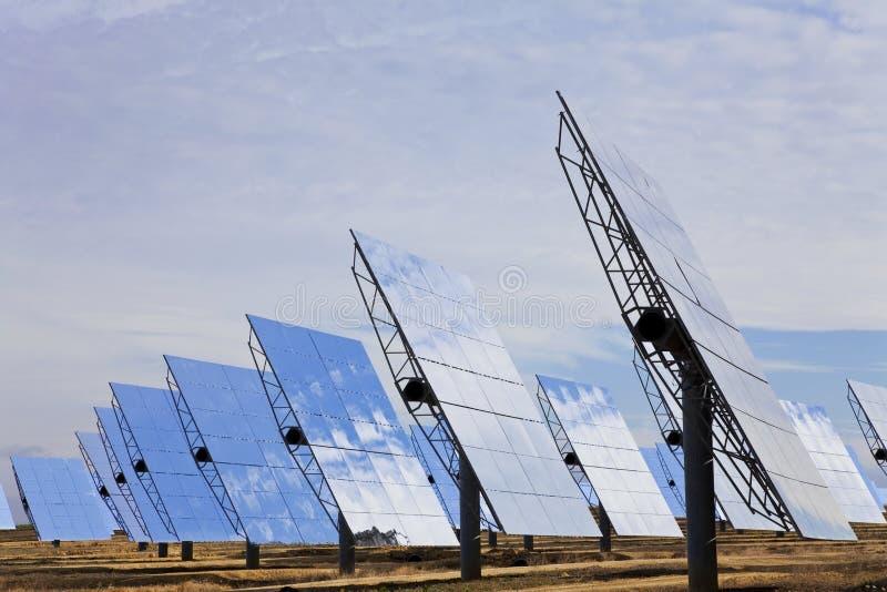 De vernieuwbare Groene Comités van de Spiegel van de Energie Zonne royalty-vrije stock fotografie