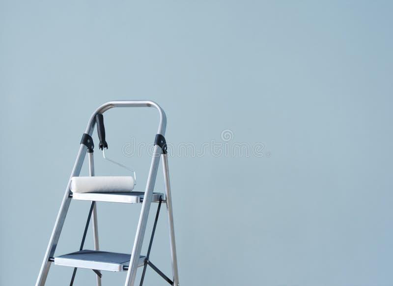 De vernieuwing van het huis. Het voorbereidingen treffen om de muur te schilderen. royalty-vrije stock foto's