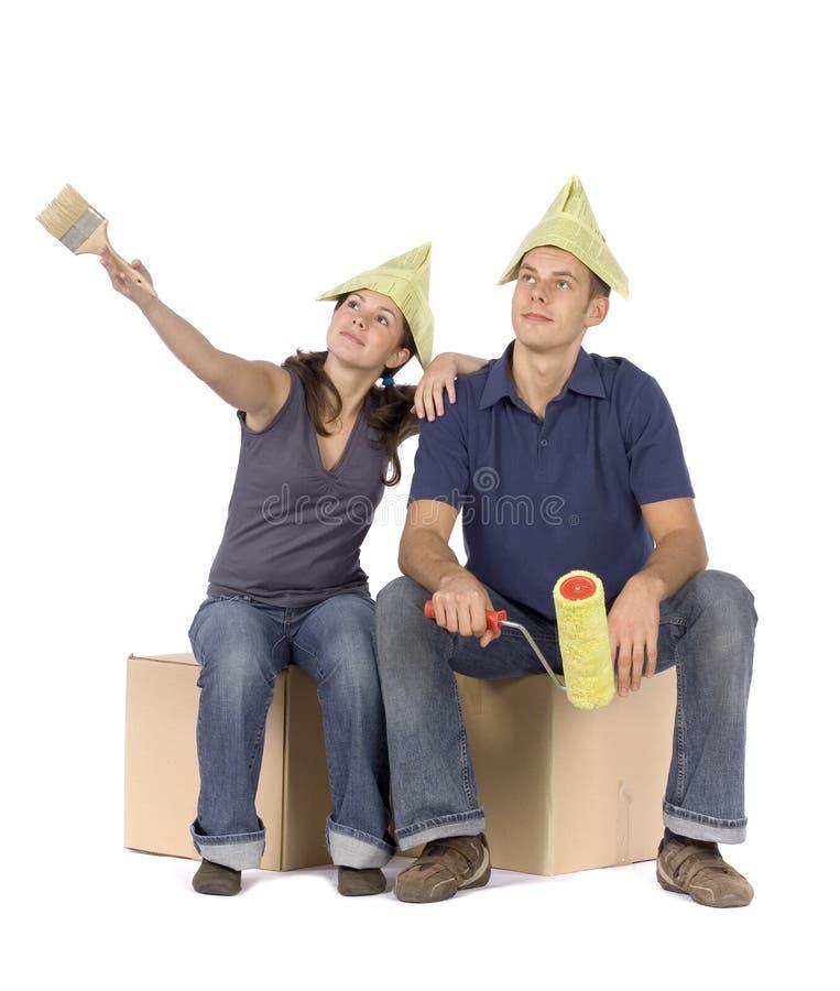 De vernieuwing van het huis - paar dat rond kijkt royalty-vrije stock afbeelding