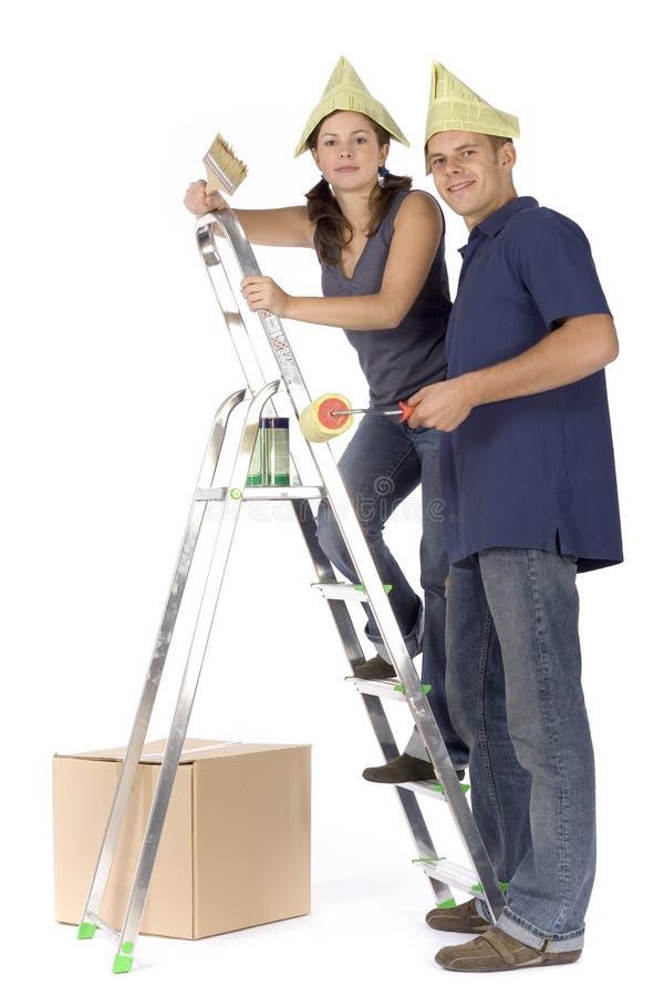 De vernieuwing van het huis - paar het schilderen stock afbeelding
