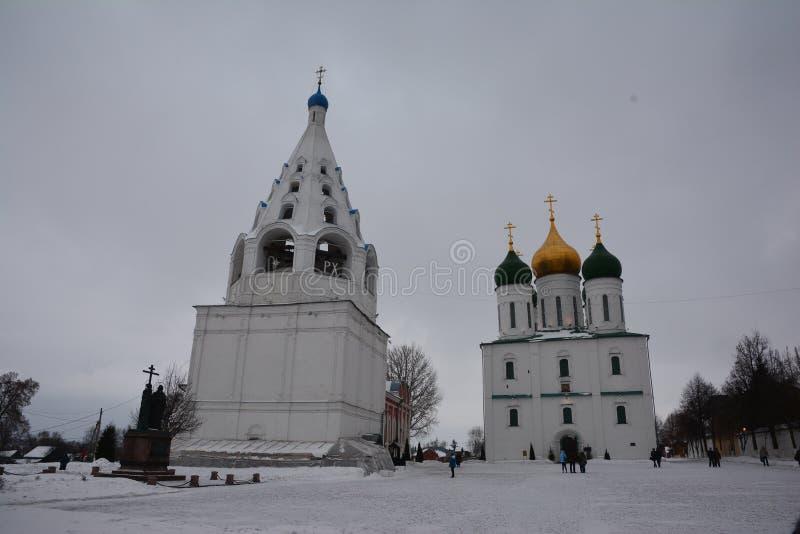 De Veronderstellingskathedraal en steepled klokketoren van de 17de eeuw in Kolomna, Rusland stock fotografie