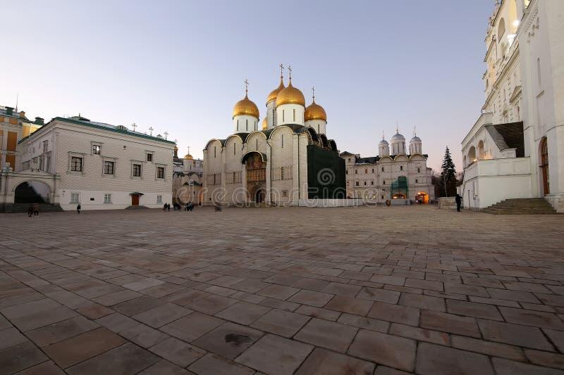 De veronderstellingskathedraal was de plaats van kroning van Russische tsaren bij nacht Kathedraalvierkant, binnen van Moskou het royalty-vrije stock afbeeldingen