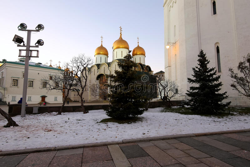 De veronderstellingskathedraal was de plaats van kroning van Russische tsaren bij nacht Kathedraalvierkant, binnen van Moskou het stock foto