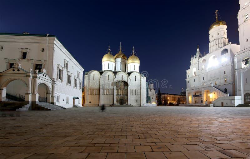De veronderstellingskathedraal was de plaats van kroning van Russische tsaren bij nacht Kathedraalvierkant, binnen van Moskou het royalty-vrije stock fotografie
