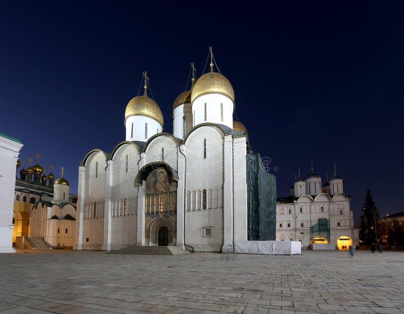 De veronderstellingskathedraal was de plaats van kroning van Russische tsaren bij nacht Kathedraalvierkant, binnen van Moskou het stock afbeelding