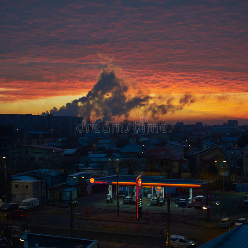 De verontreiniging van Boekarest bij zonsopgang Steenkoolinstallatie en Rompetrol-benzinestation royalty-vrije stock foto