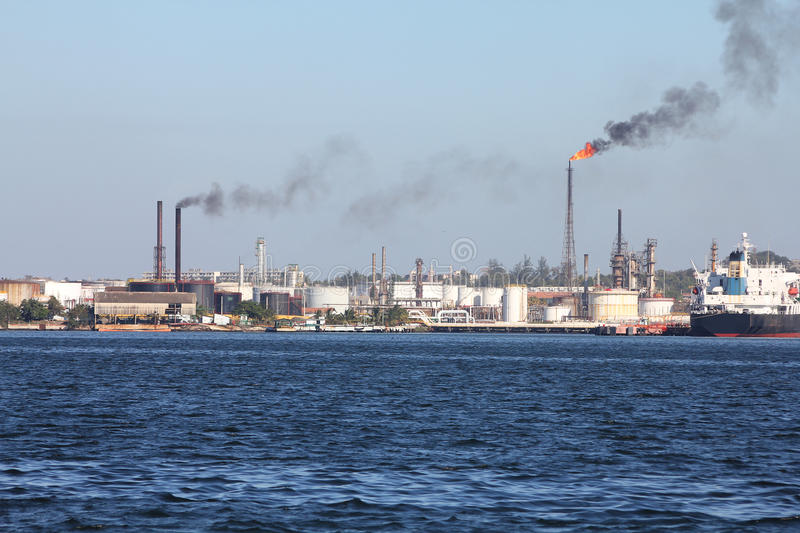 De verontreiniging van de raffinaderij stock foto