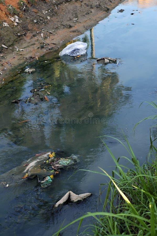 De verontreiniging van de rivier stock foto's