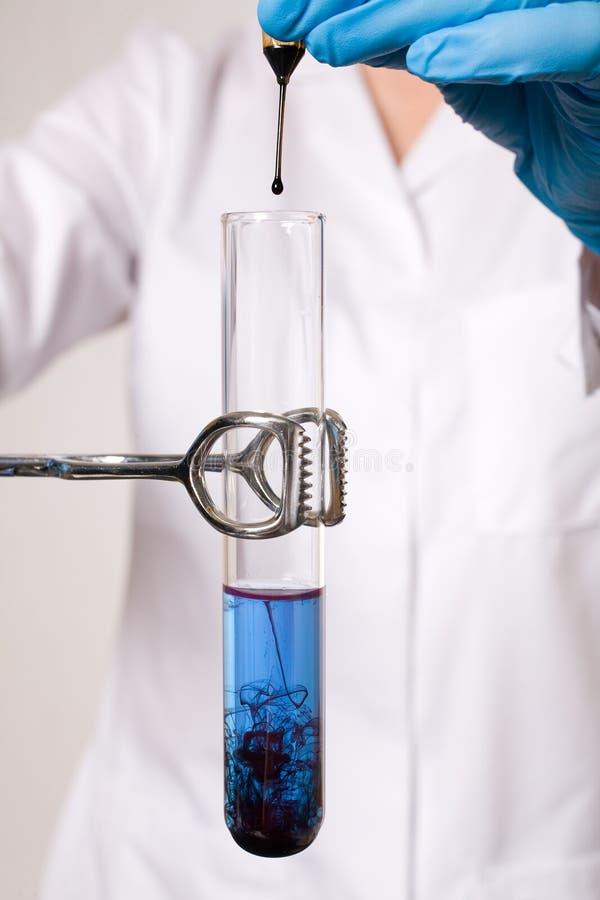 De verontreinigingstest van het water, buis witb blauwe vloeistof stock foto's