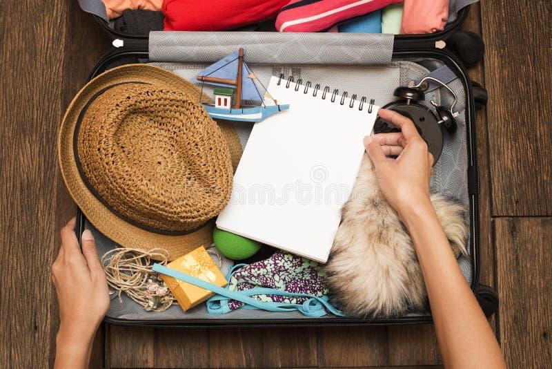 De verpakking van een bagage voor een nieuwe reis royalty-vrije stock afbeeldingen
