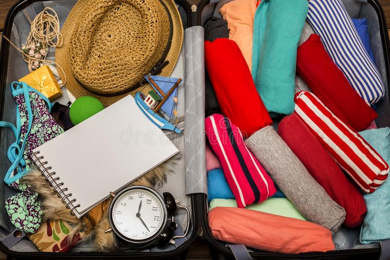 De verpakking van een bagage voor een nieuwe reis stock foto's