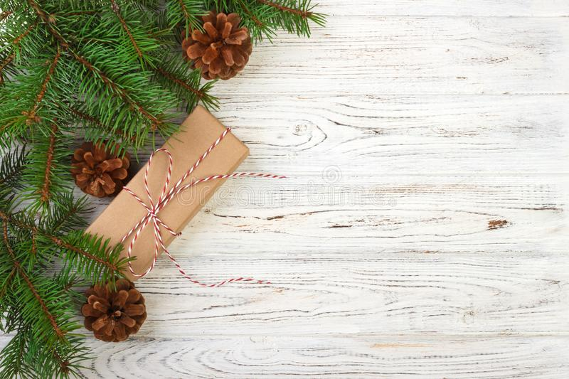 De verpakte Kerstmisgiften op donkere rustieke houten lijst met denneappels en spar vertakt zich Met exemplaarruimte voor uw teks stock foto