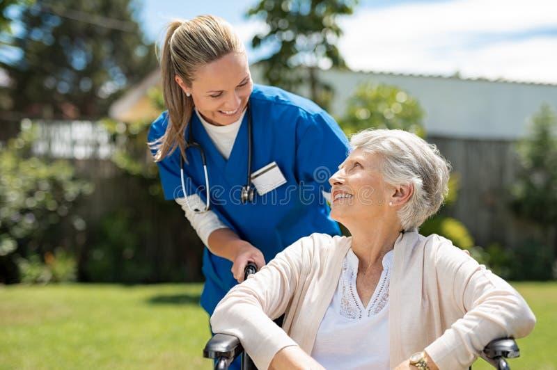 De verpleegster behandelt hogere patiënt royalty-vrije stock fotografie