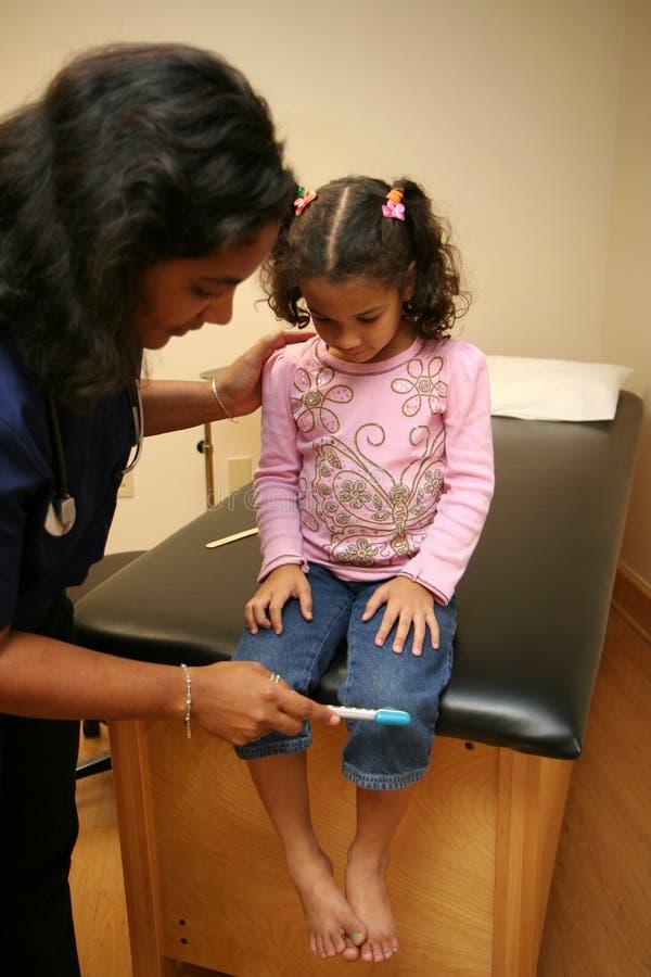 De verpleegster controleert Jonge Patiënt royalty-vrije stock afbeelding