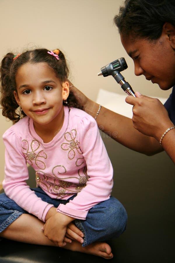 De verpleegster controleert Jonge Patiënt stock afbeelding