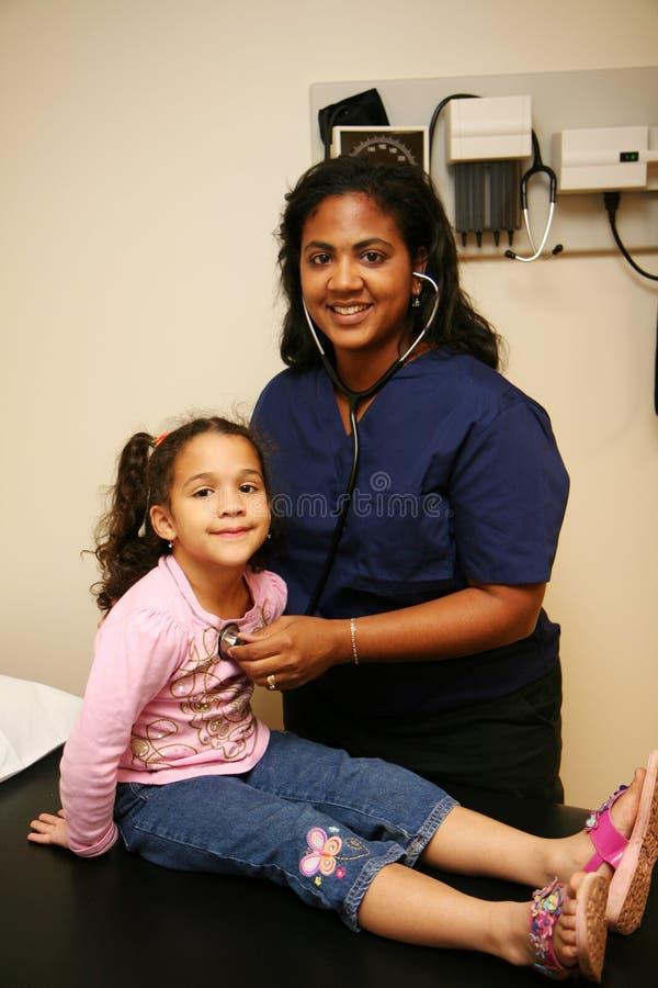 De verpleegster controleert Jonge Patiënt royalty-vrije stock afbeeldingen
