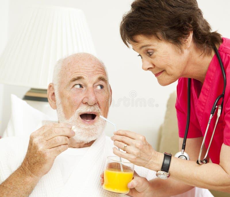 De Verpleegster die van de Gezondheid van het huis - Geneeskunde neemt stock foto's