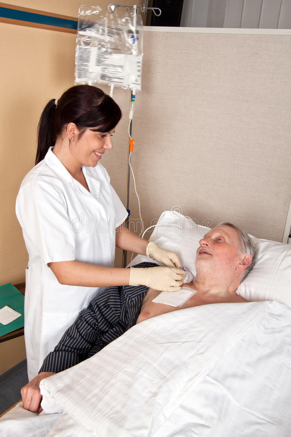 De verpleegster geeft een patiënt royalty-vrije stock afbeelding