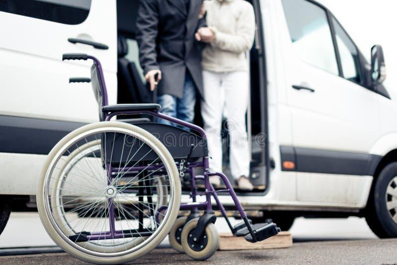 De verpleegster Helping Senior Man gaat een Bestelwagen weg stock foto