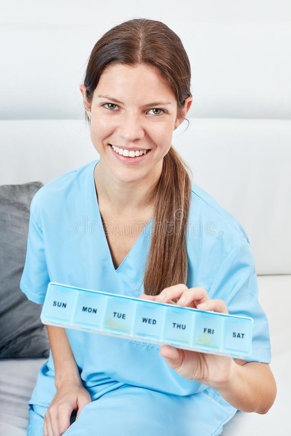 De verpleegster houdt een tabletdoos royalty-vrije stock afbeelding