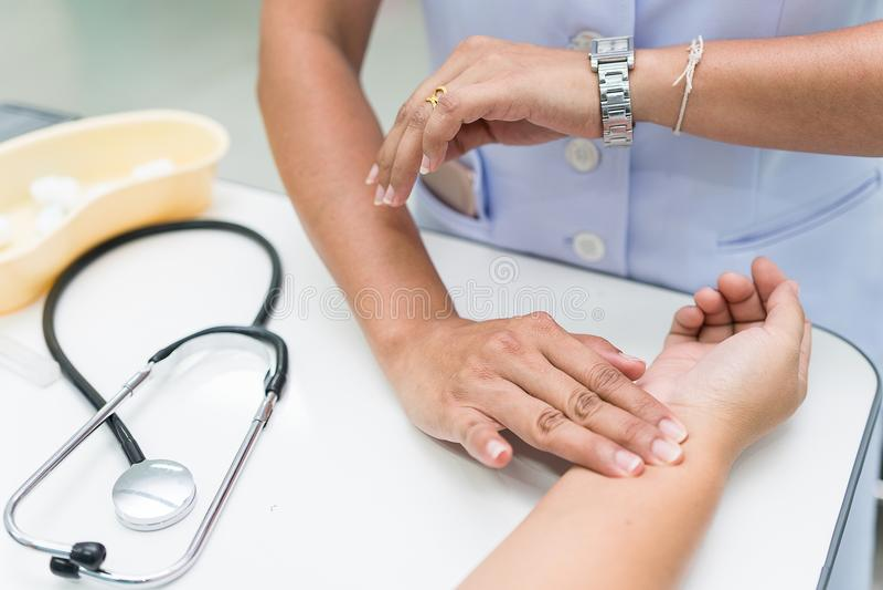 De verpleegster is metings radiale impuls bij de pols van de patiënt royalty-vrije stock foto