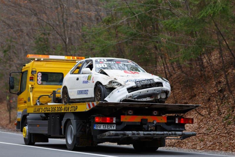De verpletterde auto toed terug naar de dienstgebied stock afbeeldingen