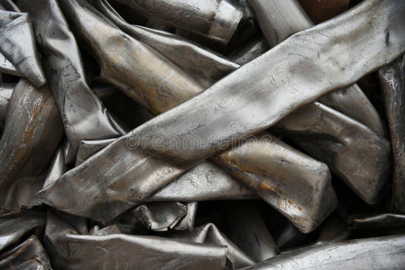 De verpletterde, gebroken, samengeperste pijpen van het roestvrij staalmetaal stock foto