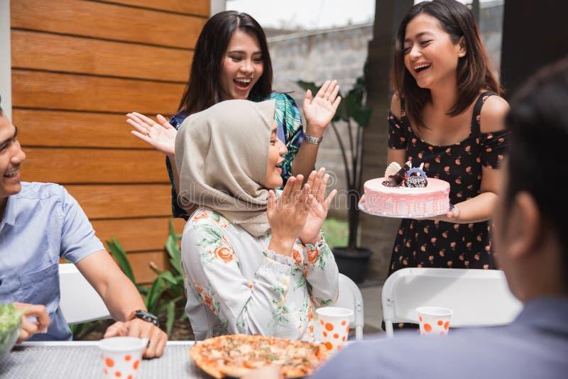De verrassing van de verjaardagspartij met vrienden stock foto's