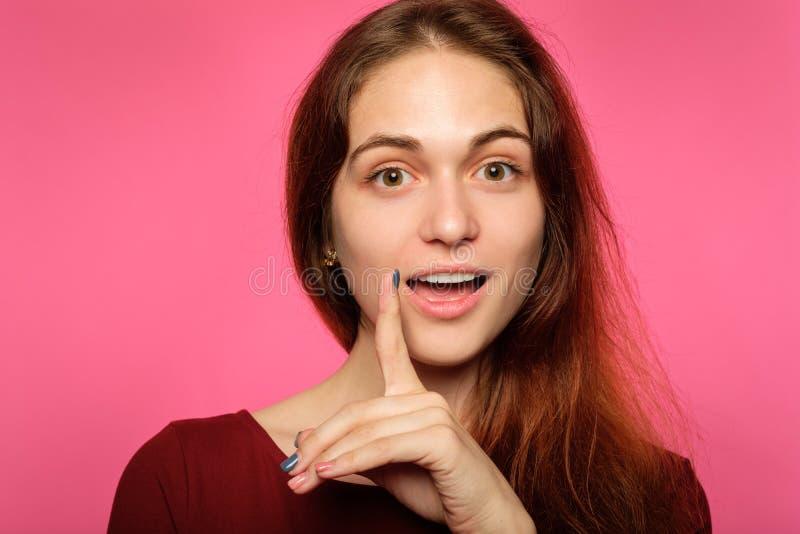 De verraste geïmponeerde emotie van de meisjesgelaatsuitdrukking royalty-vrije stock afbeelding