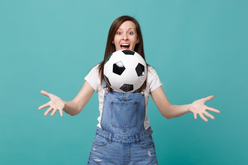 De verraste grappige jonge de ventilatortoejuiching van de vrouwenvoetbal steunt omhoog favoriet team die die voetbalbal werpen o stock foto