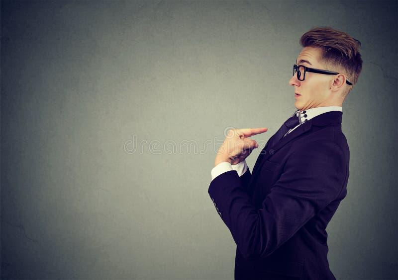 De verraste mens die vingers richten op zich ontkent verantwoordelijkheid en beschuldigingen stock fotografie