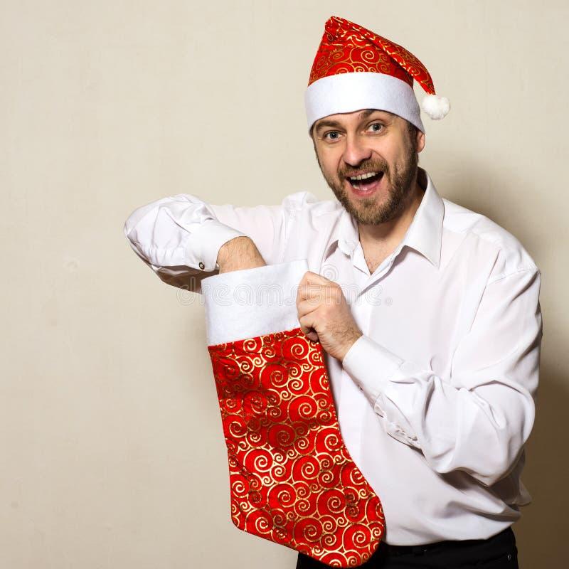 De verraste mens in Kerstmis GLB trekt gift uit sok royalty-vrije stock foto