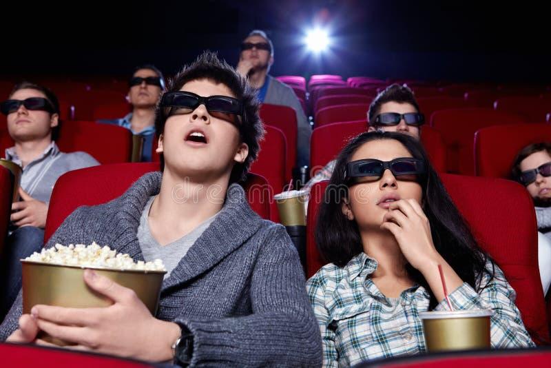 De verraste mensen letten op een film stock afbeeldingen