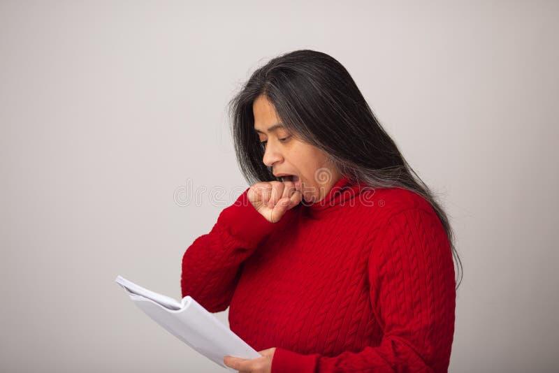 De verraste Spaanse Vrouw bekijkt Nota's royalty-vrije stock afbeeldingen