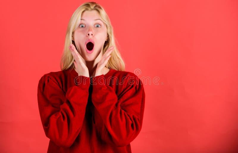 De verraste vrouw schuint gelooft haar ogen af Kerstmis komt spoedig Gebrek aan tijd Het geschokte meisje van het gezichtsblonde  royalty-vrije stock foto
