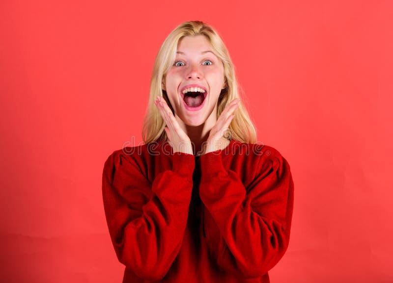 De verraste vrouw schuint gelooft haar ogen af Kerstmis komt spoedig Gebrek aan tijd Het verraste meisje van het gezichtsblonde d stock afbeeldingen