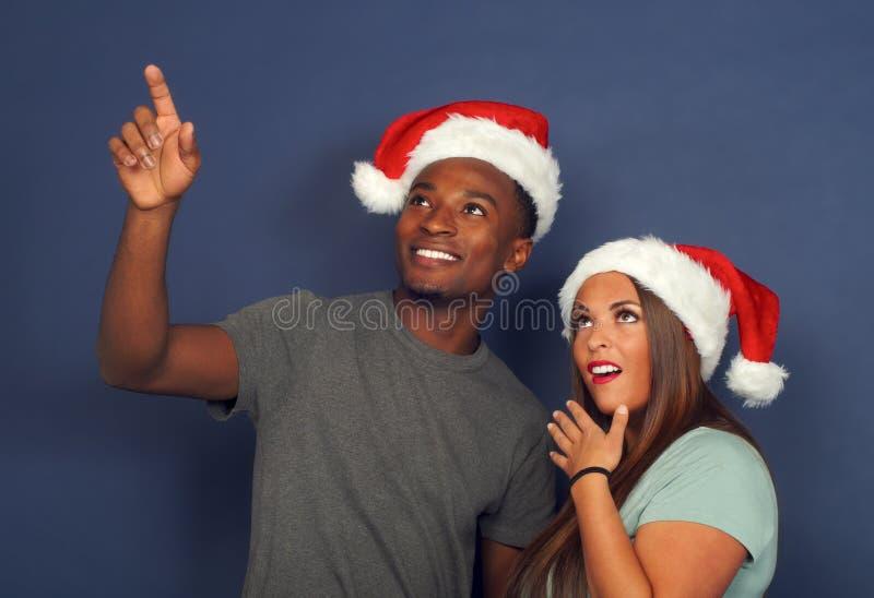 De verraste vrouwenman die jongelui van de de vakantiepartij van de Kerstman december van de Kerstmis de rode hoed benadrukken ko royalty-vrije stock fotografie